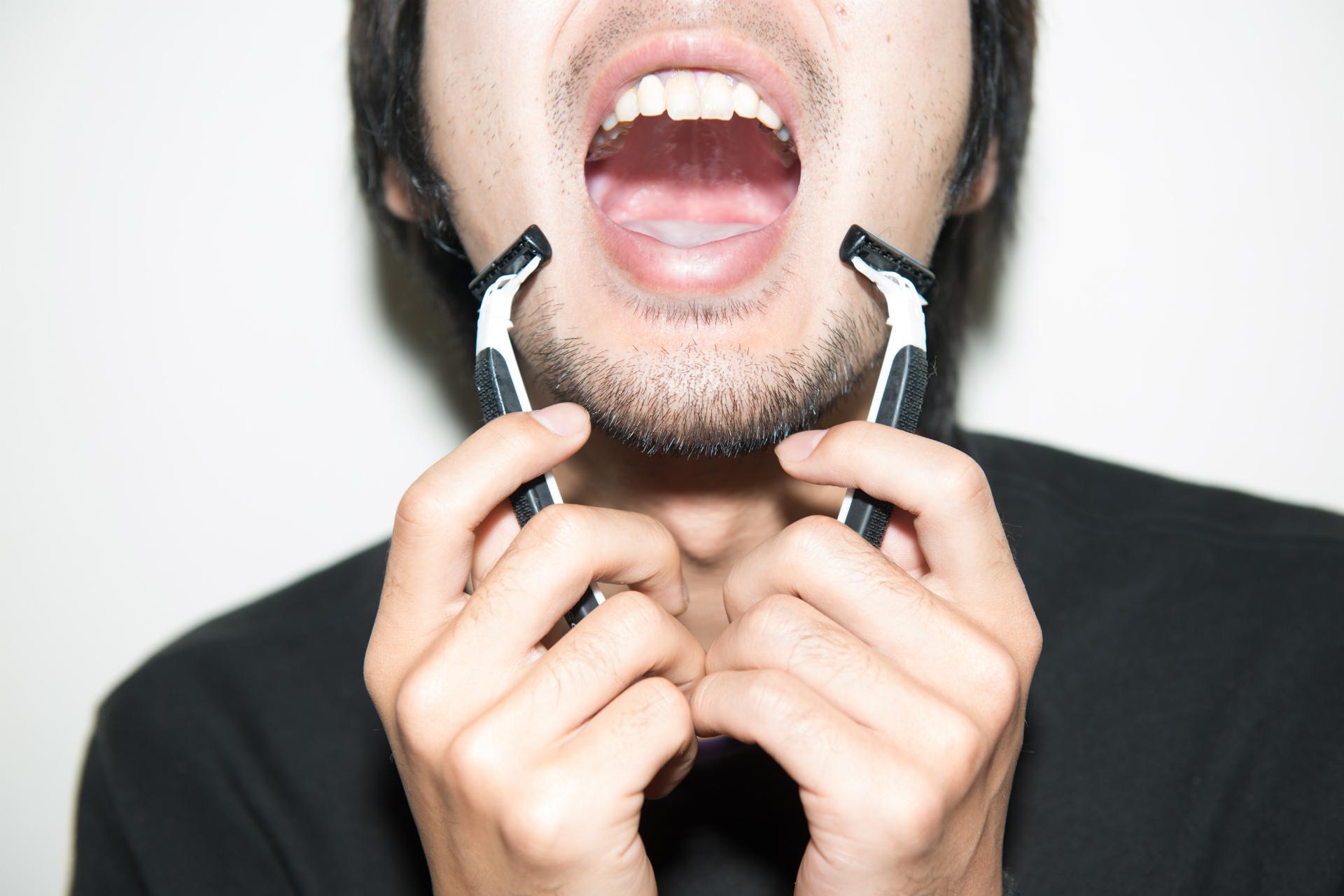 カミソリ2本による秒速ひげ剃り
