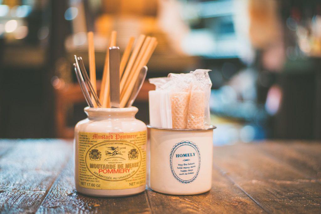 調味料の瓶をおしゃれに再利用するカフェ