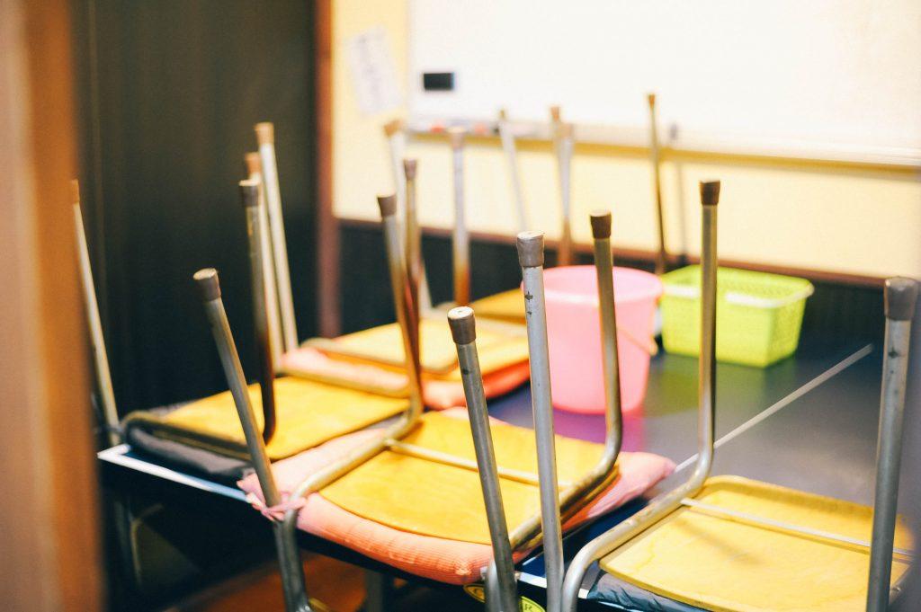 教室掃除の椅子を上げる