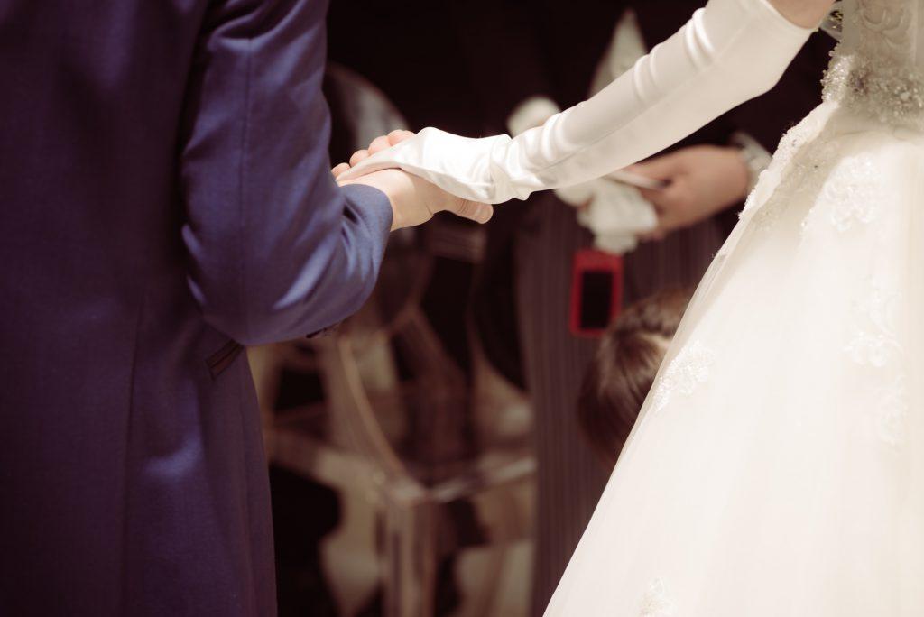 花嫁の手をとる新郎