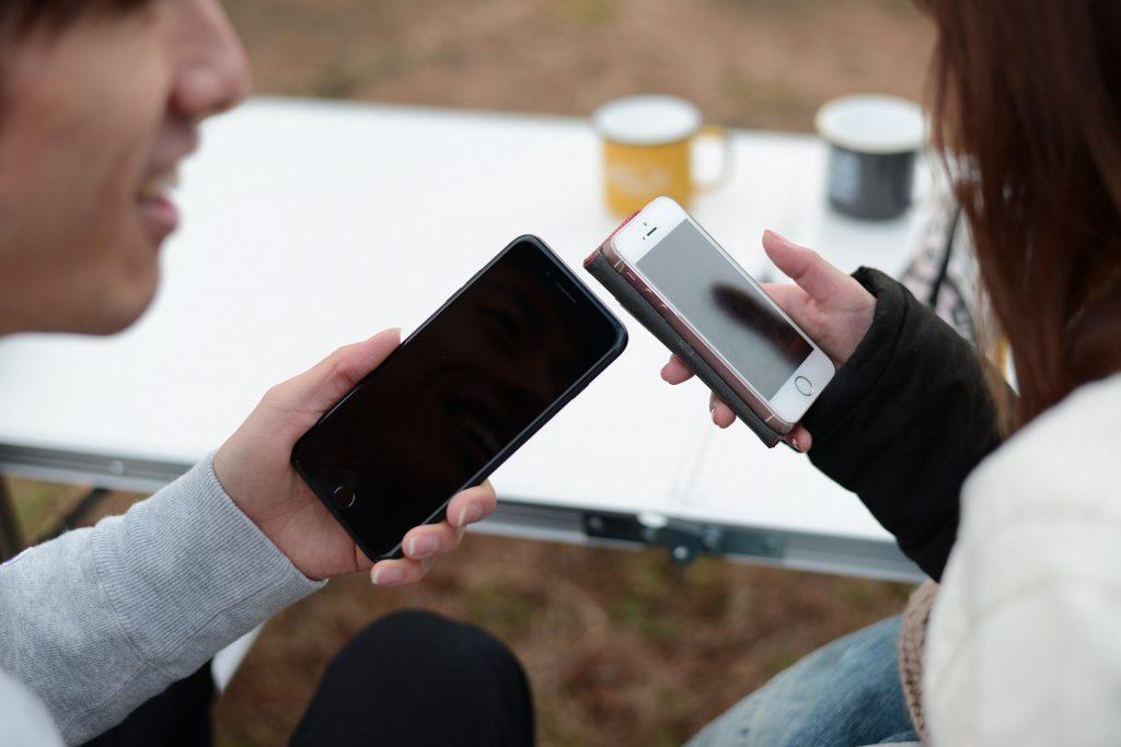 女の子の番号聞こうとスマホを出したがアプリでずっと遊んでいる