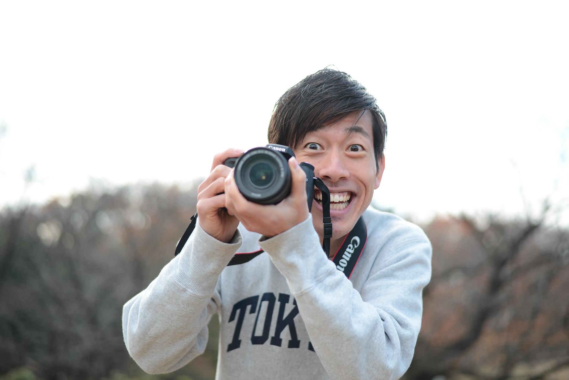 「笑って!!」と必死で訴えるカメラマン