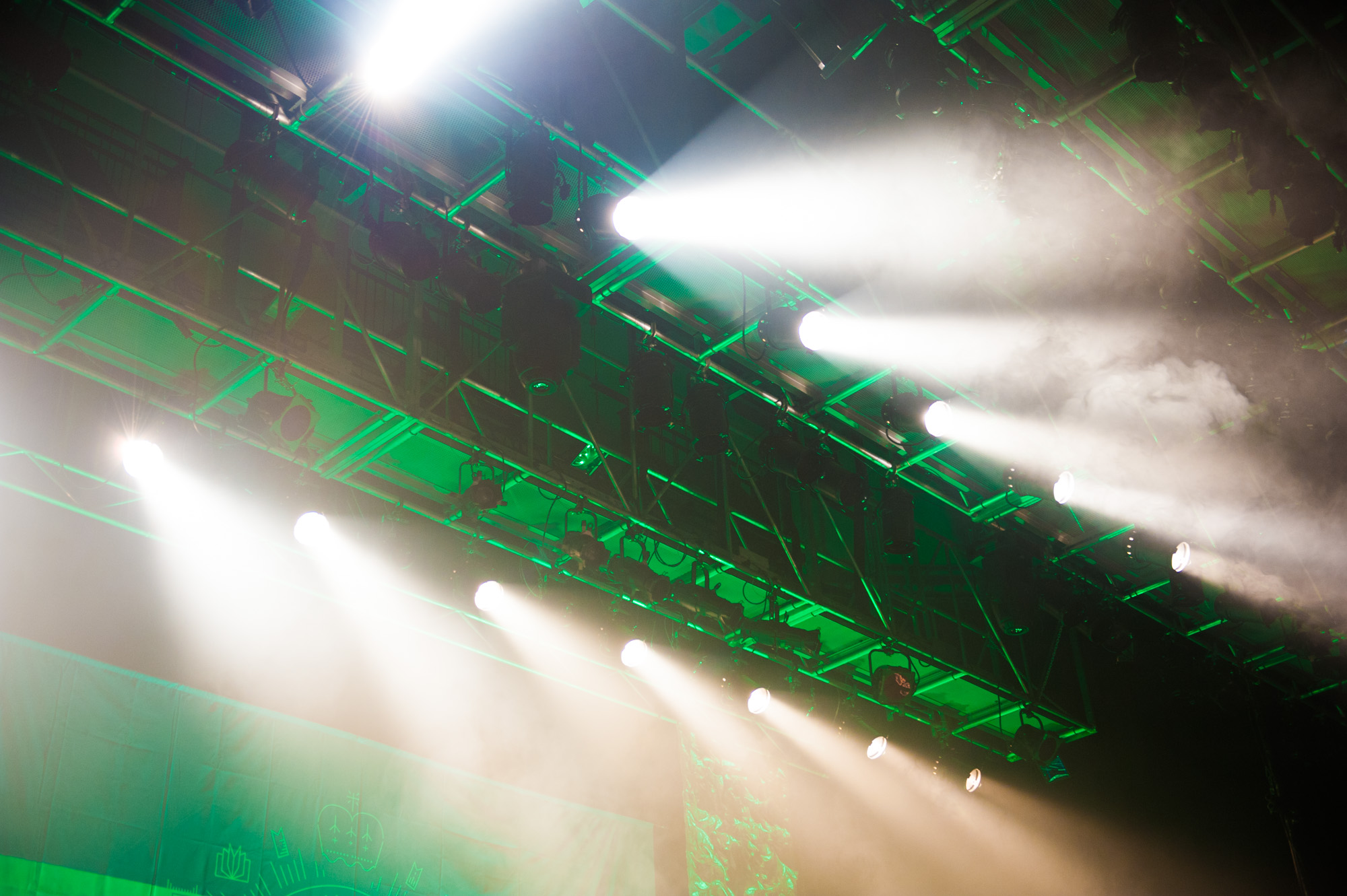 ステージを演出するスポットライト照明