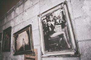 コンクリ壁に飾られた写真掛軸