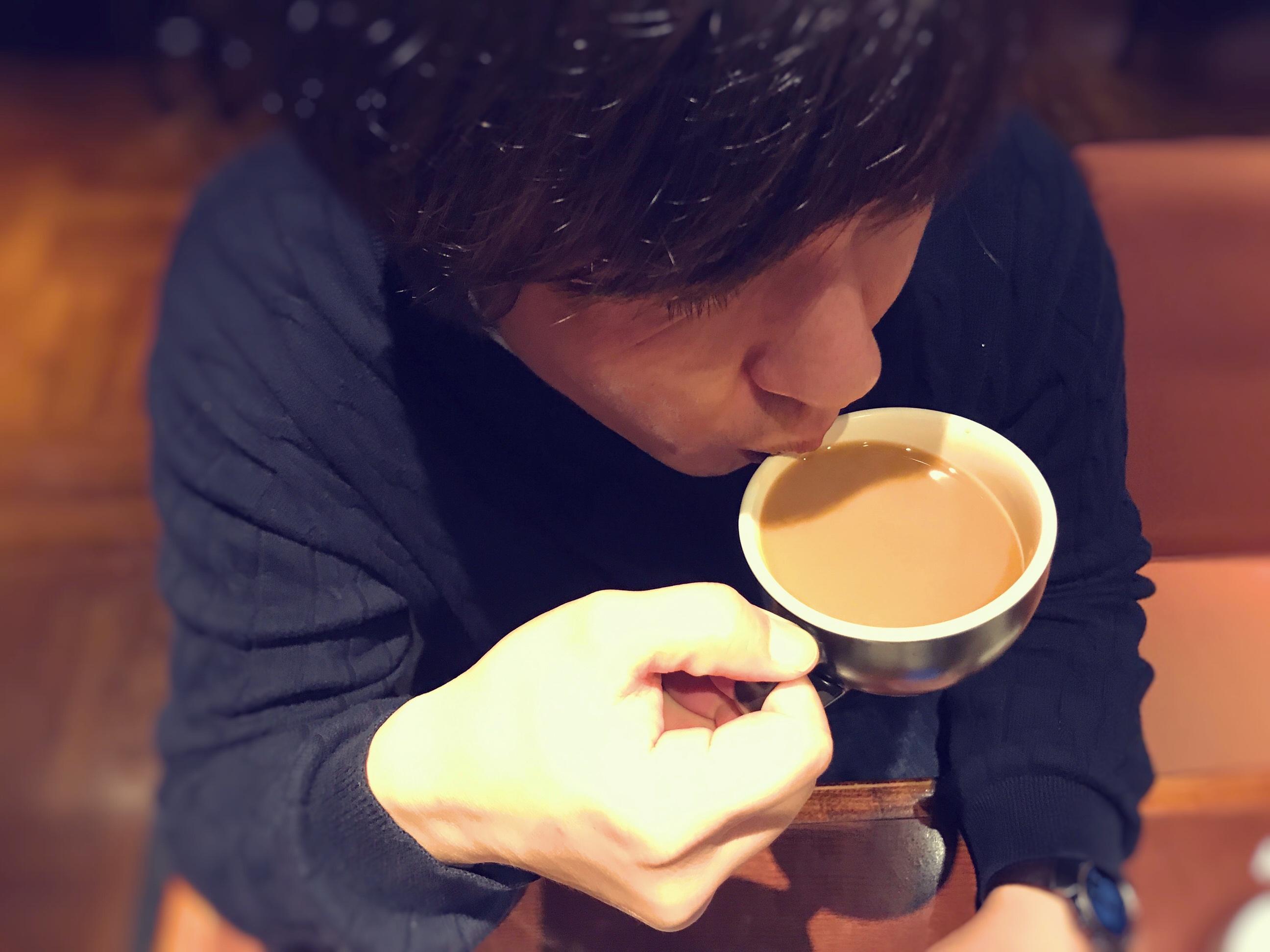 ミルクコーヒーを飲む男