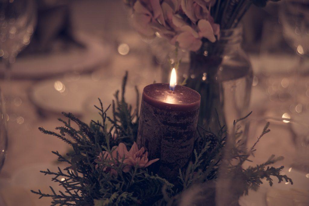 結婚式場のテーブルに灯るロウソク