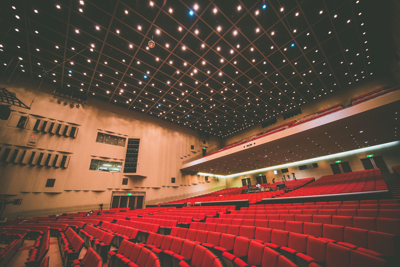 リハーサル中のコンサートホール(多目的ホール)の客席