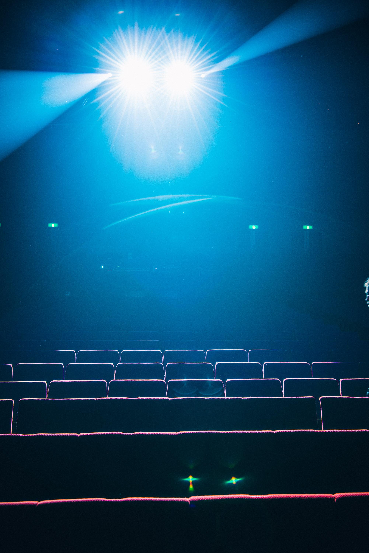 無人の映画館の客席