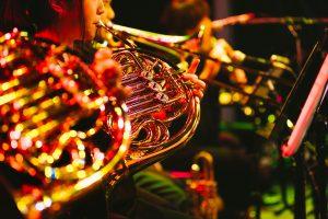 ホルン奏者の音色が響き渡る