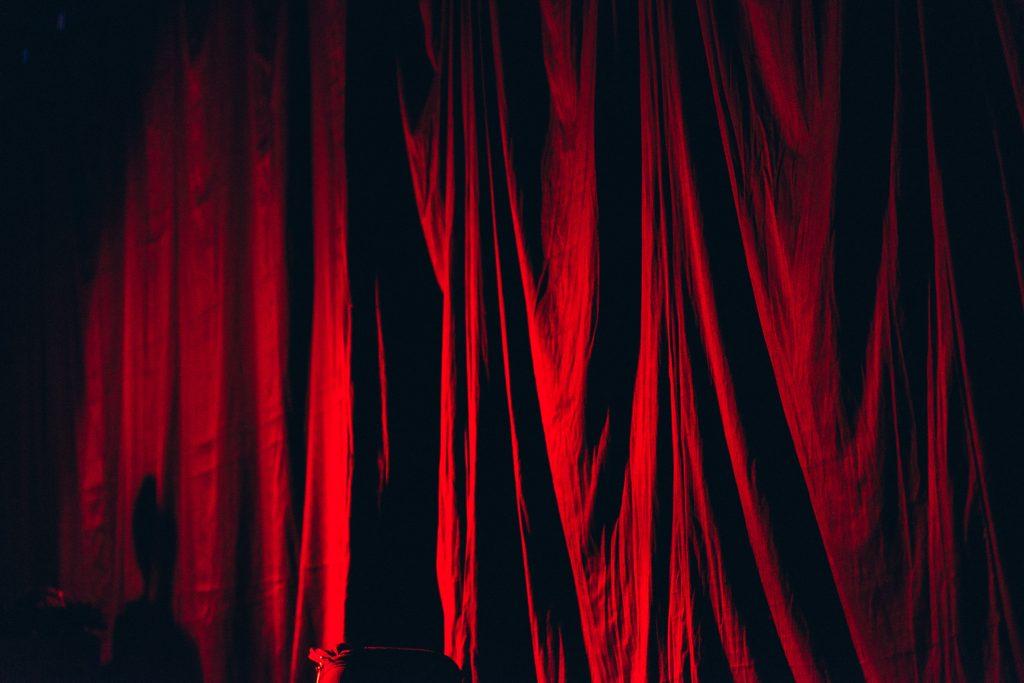 舞台の緞帳が開く直前