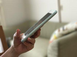 スマートフォンを片手で持つ女性