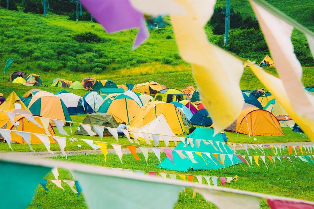 野外フェスのカラフルなテント達