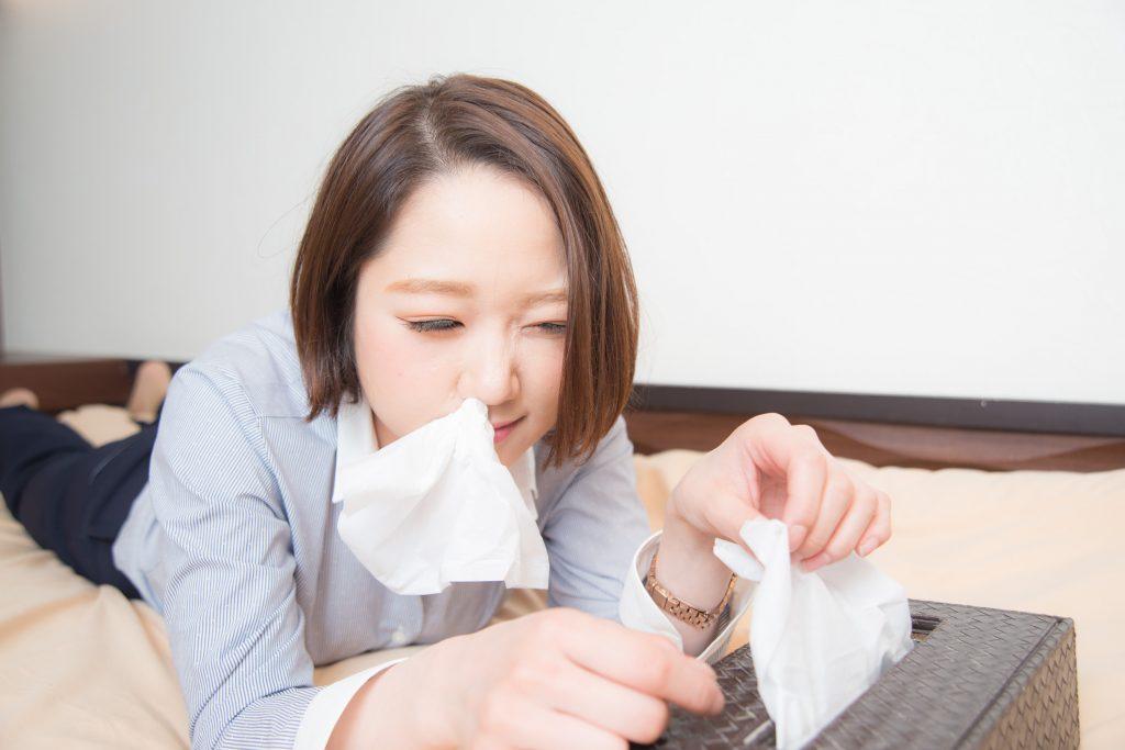 「やべえ鼻水とまんねぇぜ」とティッシュを豪快に鼻に詰める女性