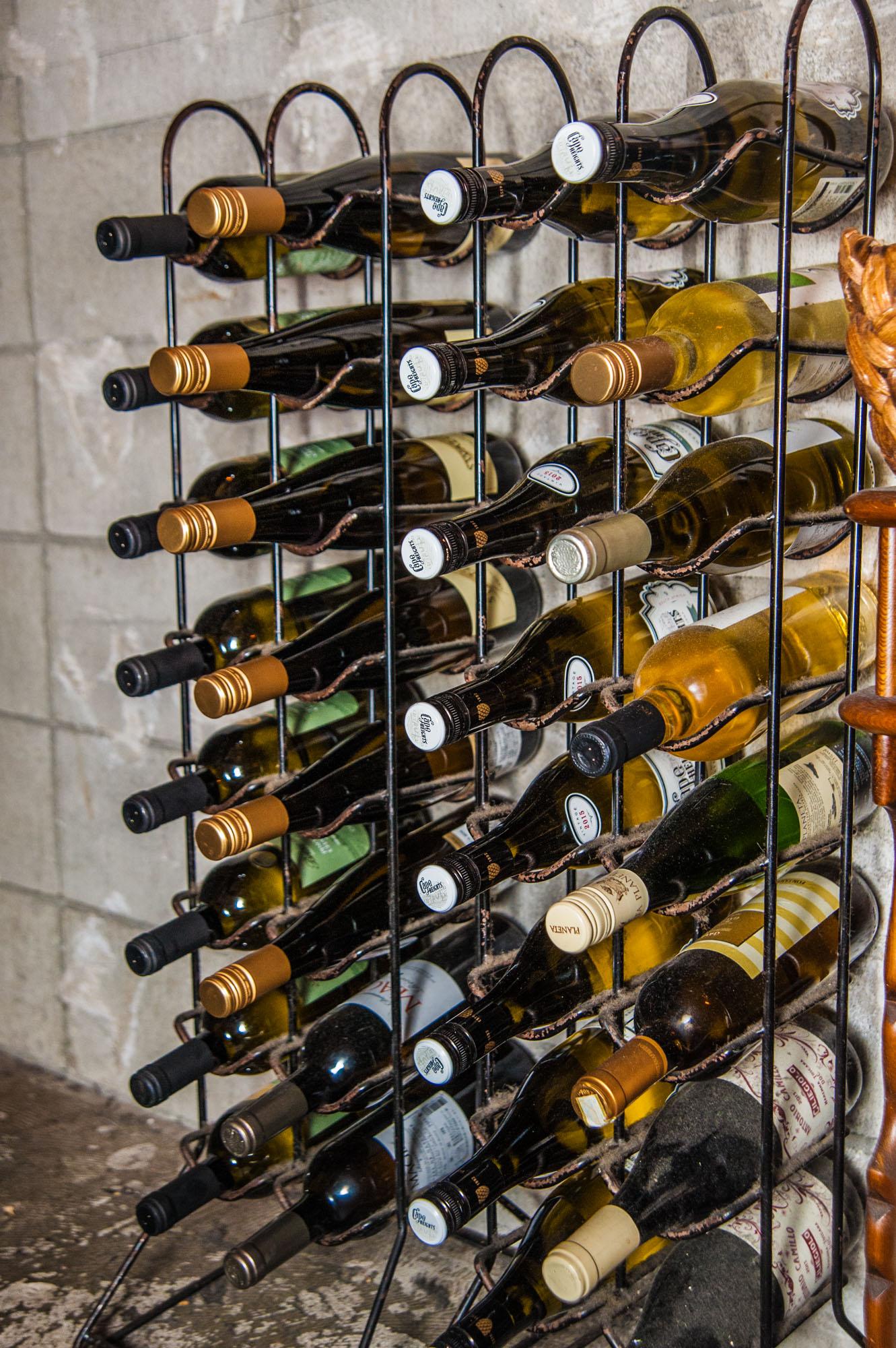 ワインラックに並べられた古びたビンテージワイン