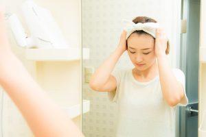 化粧を落とすためにヘアバンドをつける