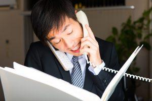 残業と電話に追われるサラリーマン