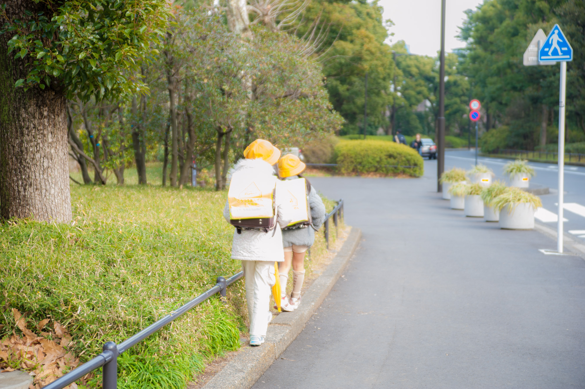 通学路で細い道を歩きたがる小学生