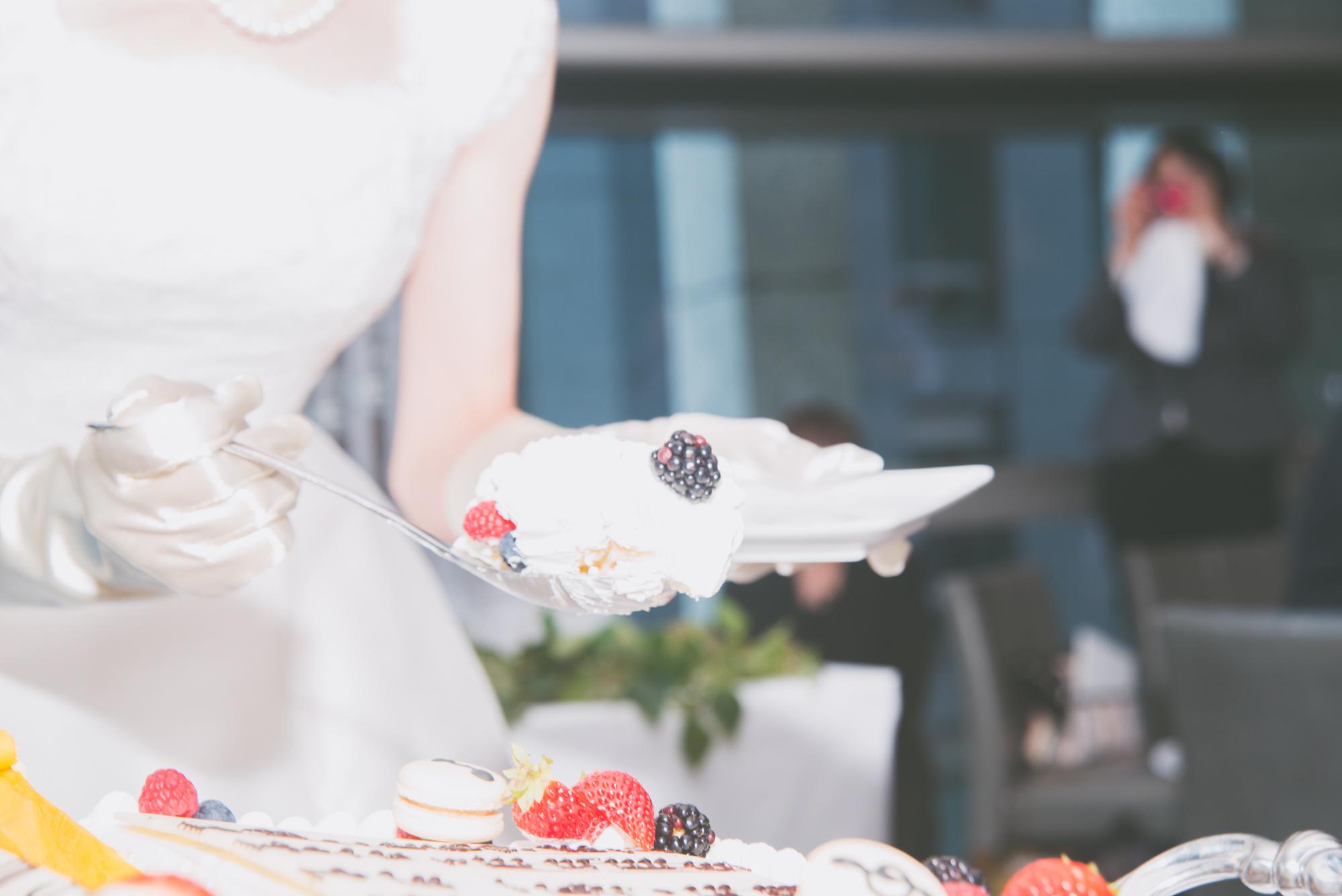 花嫁から新郎へのファーストバイト