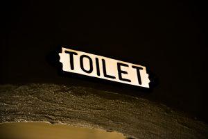 怪しく光るトイレの文字