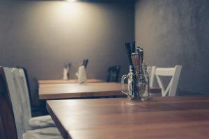 雰囲気のあるレストランのテーブル