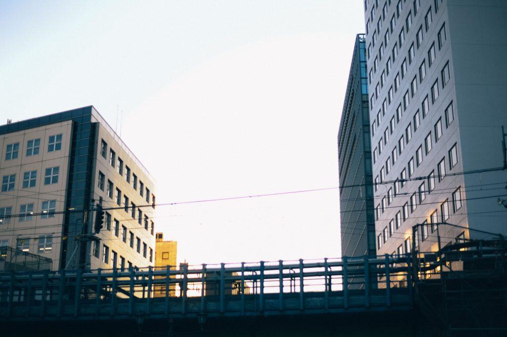 西日が隠れるビル