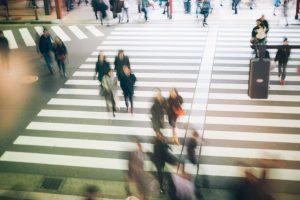 スクランブル交差点を渡る人々