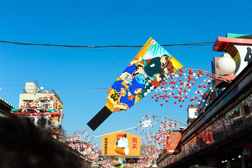 青い空と浅草寺の仲見世