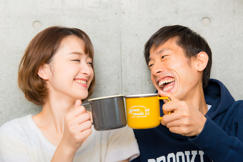 カフェラテで乾杯するカップル