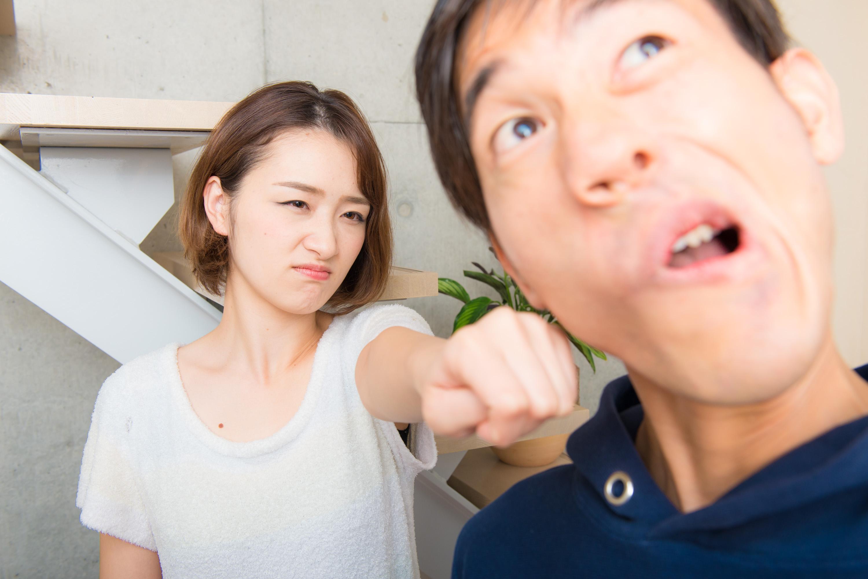 喧嘩勃発で殴り合いするカップル