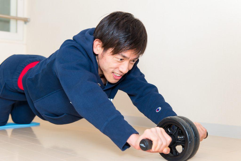 腹筋を鍛えるためローラーを使う