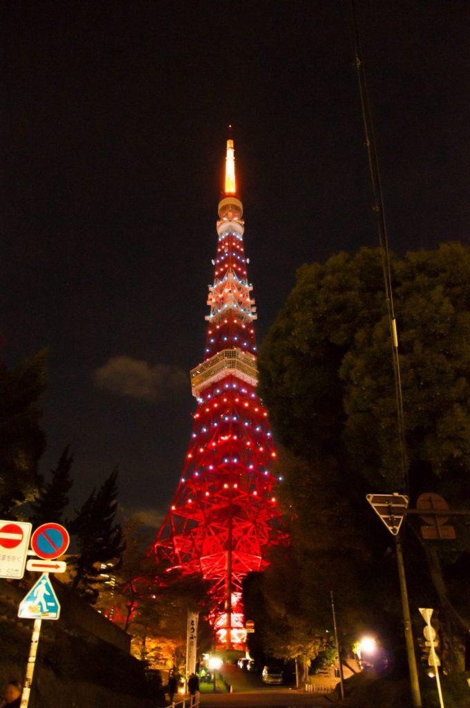 夜のライトアップされた東京タワー