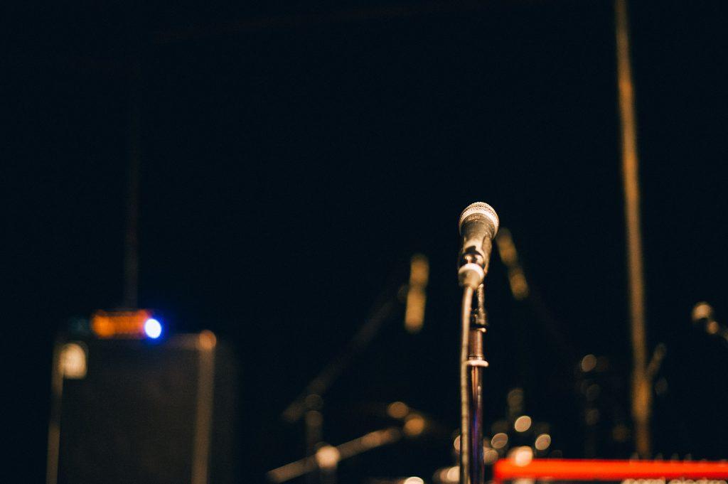 ライブスタジオのマイクスタンド
