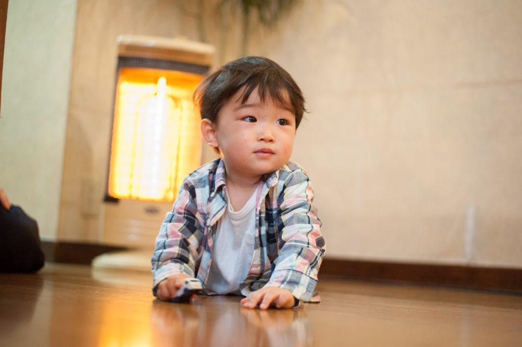 ハイハイをする1歳児