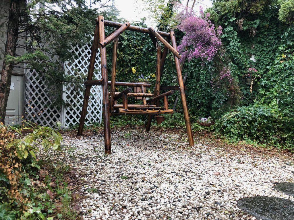 雨の日の庭と木のブランコ