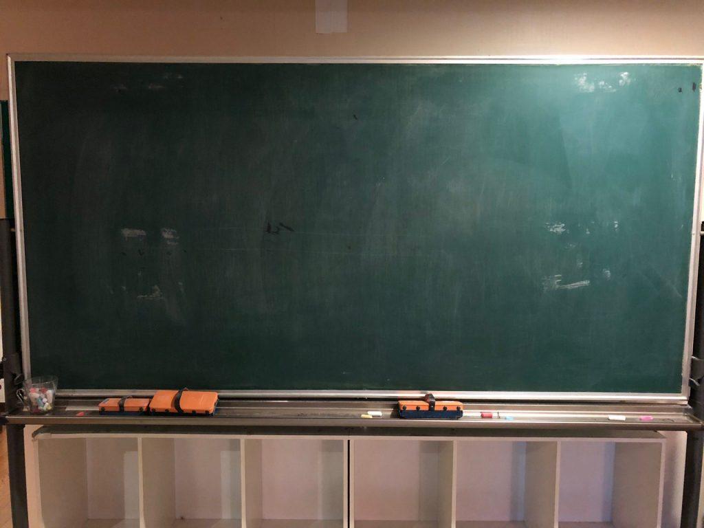 何も書かれていない学校の黒板