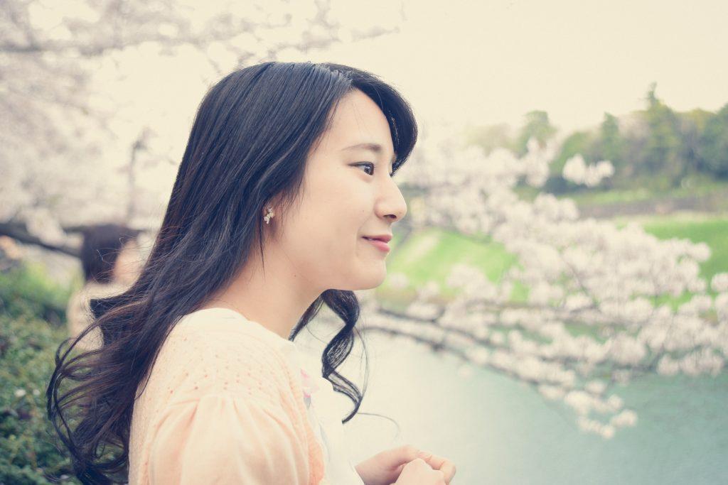 桜を見て感動する花見ガール