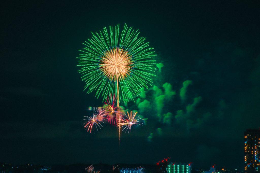 見事な曲線を描く大きな花火