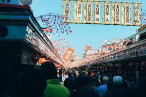 正月の浅草寺、仲見世通りの風景