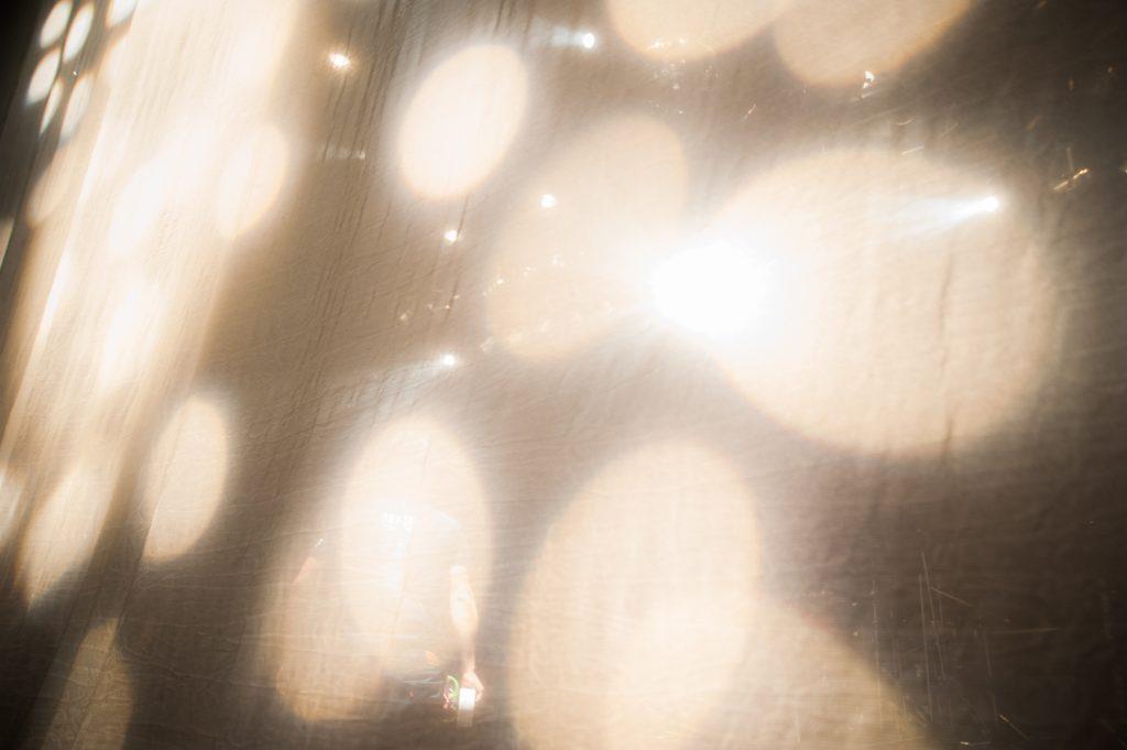 ミラーボールの明かりがバブリー
