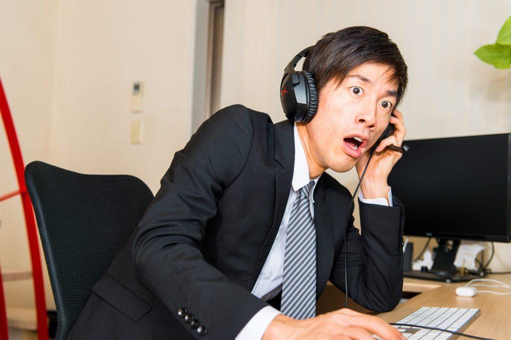 マニュアルにない質問をされ唖然とするコールセンターのオペレーター
