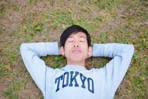 芝生の上で居眠り