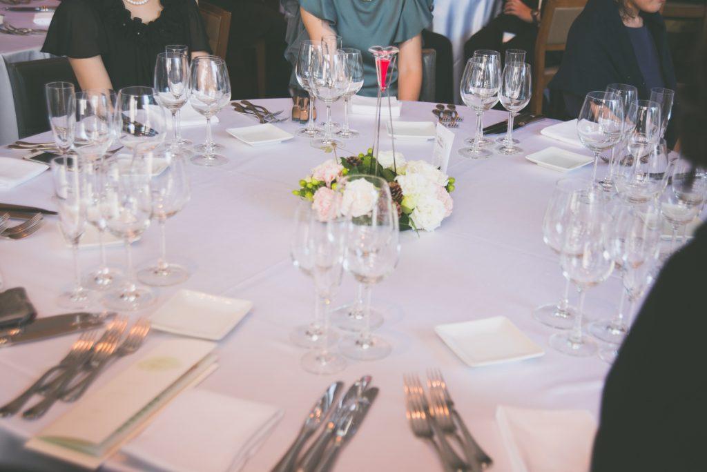 新郎新婦の登場を待つ披露宴のテーブル