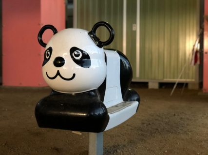 公園にあるパンダのロッキング遊具