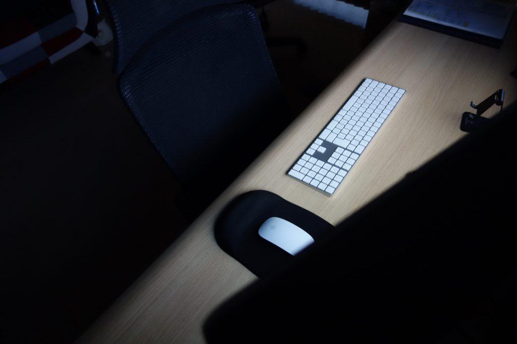 深夜のパソコンのモニターの灯り
