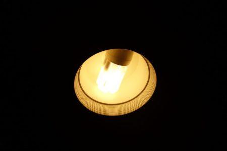 部屋を照らすオレンジ色の照明