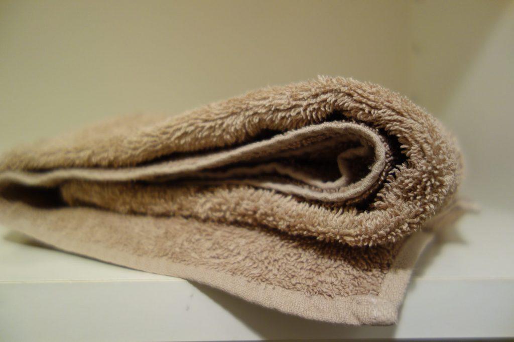 折りたたまれた脱衣所のバスタオル