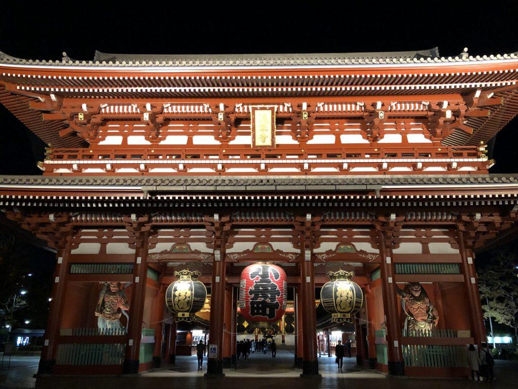 浅草浅草寺の本殿へ続く夜の「宝蔵門(仁王門)」
