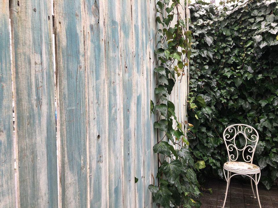レトロな木目壁と椅子