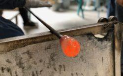 ガラス工場でグラスを制作