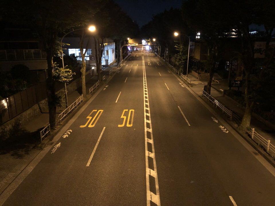 夜の甲州街道の静かな道路